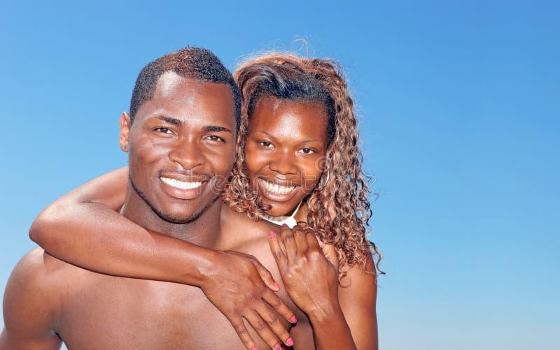 Imagen feliz brillante de un par africano S de Amercian fotos de archivo