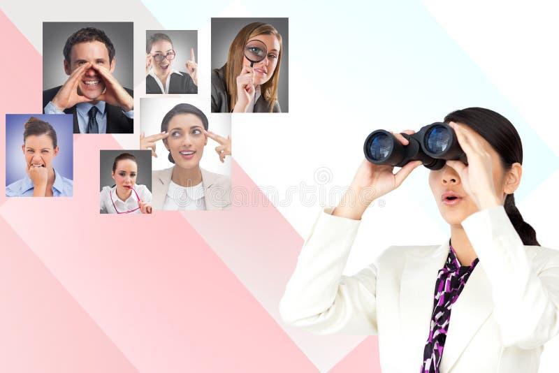 Imagen generada Digital de la empresaria que usa los prismáticos con resourcing humano en fondo imágenes de archivo libres de regalías