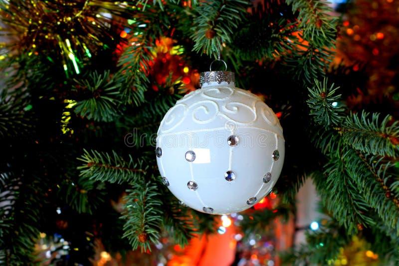 Imagen hermosa de la Navidad con el árbol de navidad y la bola fotografía de archivo libre de regalías