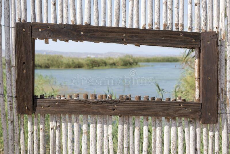 Imagen hermosa del campo en marco de madera rústico imágenes de archivo libres de regalías