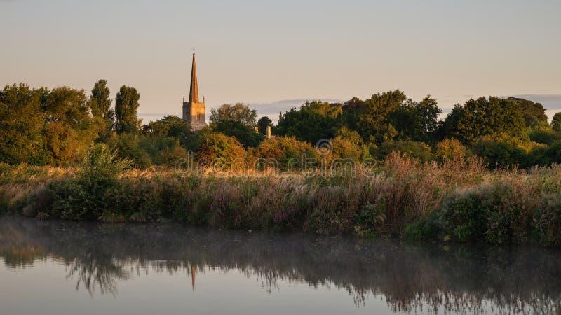 Imagen hermosa del paisaje del amanecer del río Támesis en el Lechlade-en-Th imagen de archivo libre de regalías