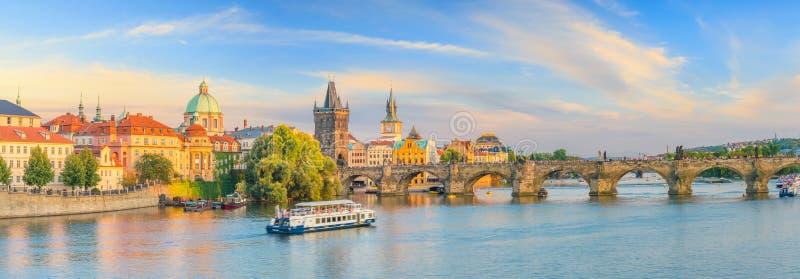 Imagen icónica famosa del puente de Charles y del horizonte de Praguecity imágenes de archivo libres de regalías