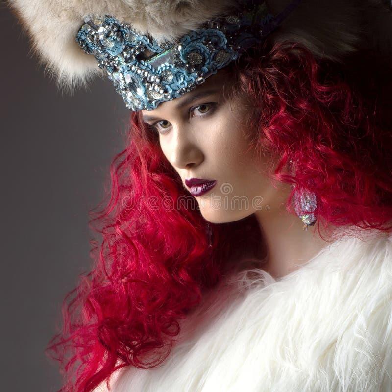 Imagen increíblemente hermosa de la moda de la muchacha con el pelo rojo imágenes de archivo libres de regalías