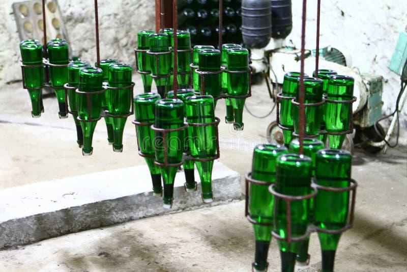 Imagen industrial de la producción de vino del champán - botellas verdes en un transportador fotos de archivo
