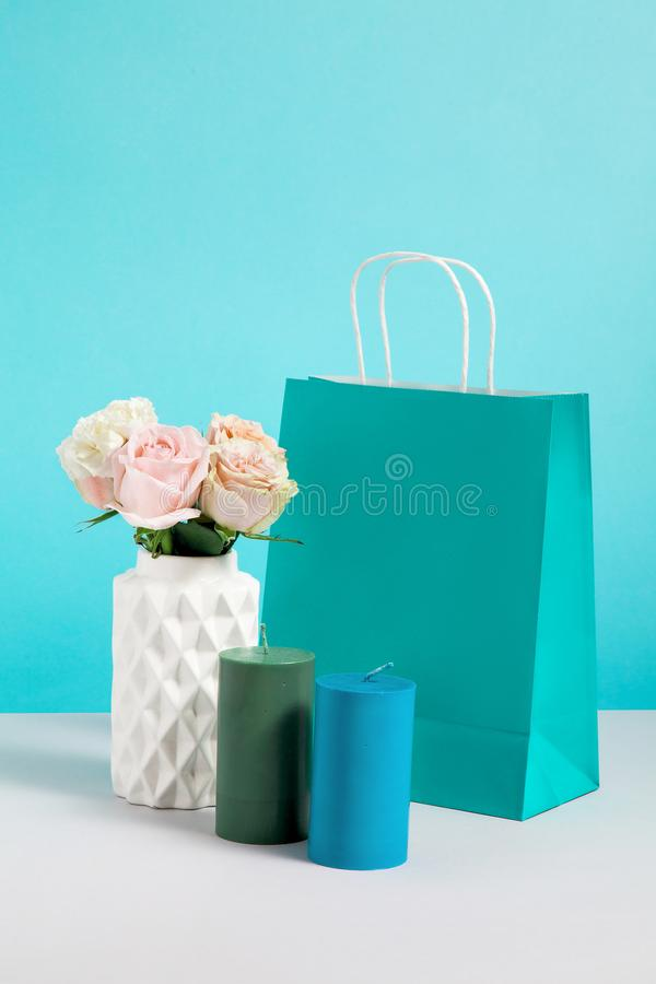 Imagen inm?vil de la vida con la flor en bolsa del florero, de la vela y de papel Maqueta de los bolsos de compras del arte r fotos de archivo libres de regalías
