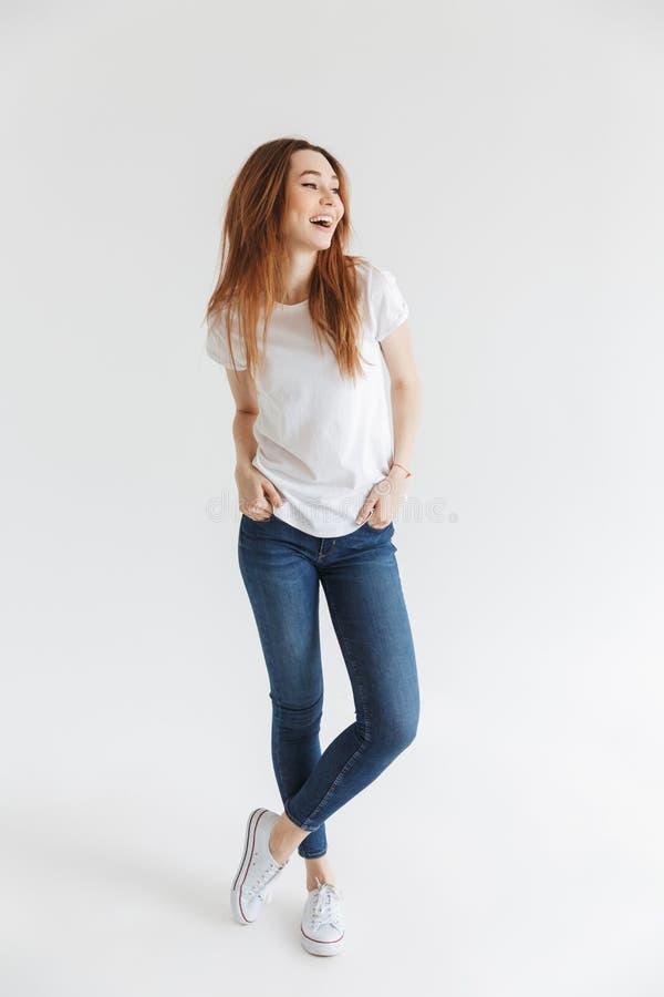 Imagen integral de la mujer alegre en la presentación de la camiseta imagenes de archivo