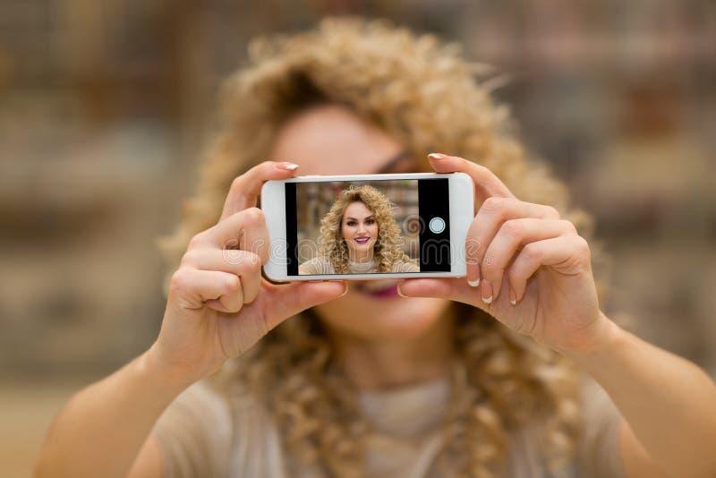 Imagen interior del selfie de la mujer que toma hermosa foto de archivo