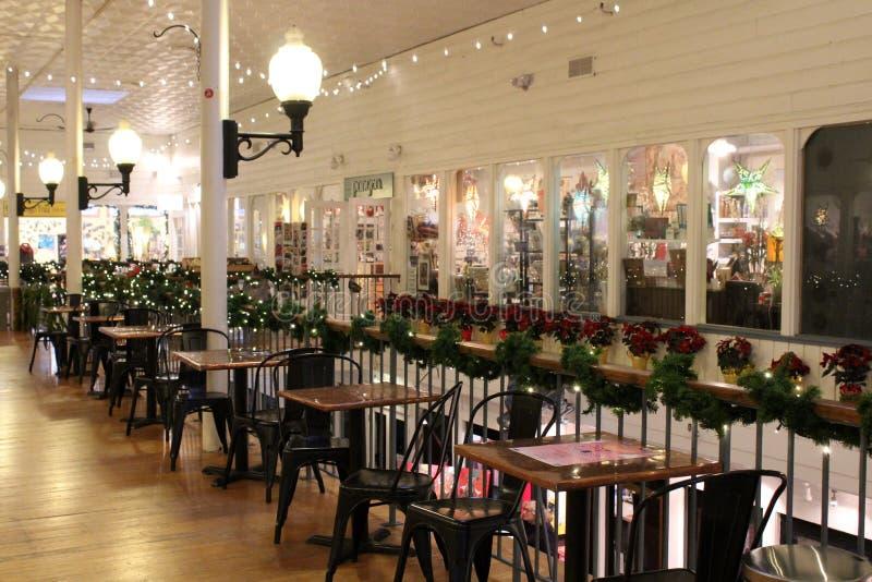 Imagen interior festiva de tablas y de sillas fuera de las tiendas listas para la Navidad, Saratoga, Nueva York, 2018 fotos de archivo