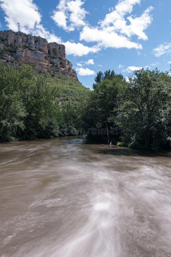 Imagen larga de la exposición del barranco del río Ebro en la provincia de Burgos España, con el flujo de agua con el afecto de s imágenes de archivo libres de regalías