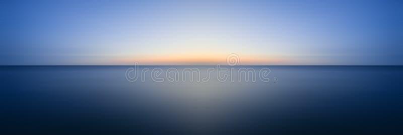 Imagen larga imponente del paisaje marino de la exposición del océano tranquilo en la puesta del sol fotos de archivo