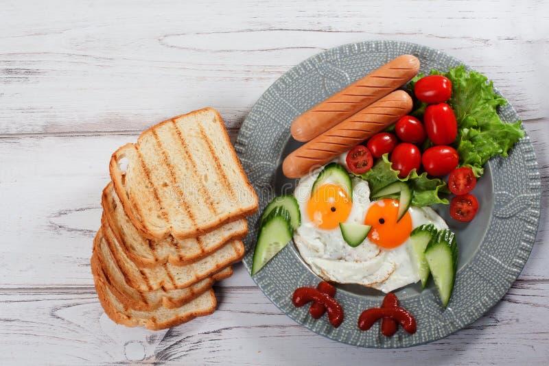 Imagen linda de la diversión del búho de los huevos fritos del desayuno del ` s de los niños de la comida fotografía de archivo libre de regalías