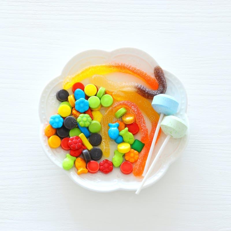 Imagen mínima de la opinión superior del día de fiesta de Halloween de los dulces del truco o de la invitación sobre fondo de mad fotografía de archivo libre de regalías