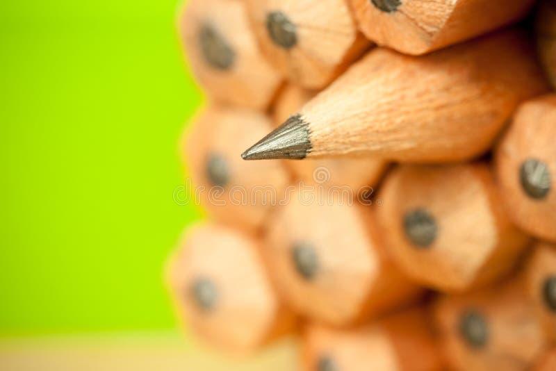 Imagen macra de la extremidad del grafito de un lápiz de madera ordinario agudo como el dibujo y herramienta de elaboración, colo imagen de archivo libre de regalías