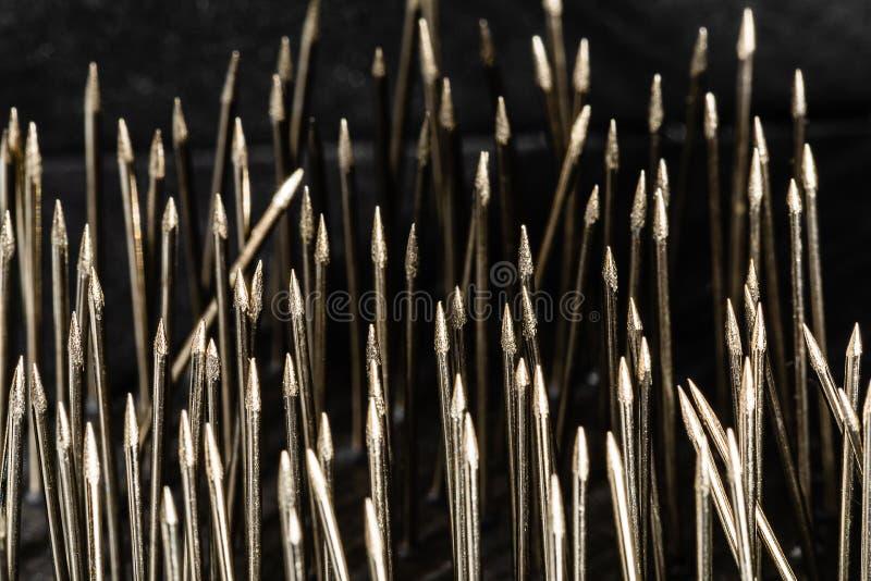 Imagen macra del alto contraste de los puntos de costura de acero en agrupar muy desorganizado, bastantes del perno recto para co foto de archivo libre de regalías