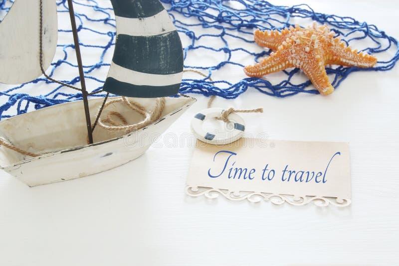 imagen náutica del concepto con el barco de vela, las estrellas de mar y la nota decorativos blancos sobre la tabla de madera bla fotografía de archivo libre de regalías