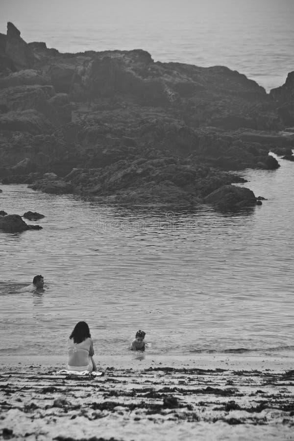 Imagen nostálgica de una natación de la mujer en el Océano Atlántico fotografía de archivo libre de regalías