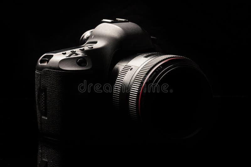 Imagen oscura de la cámara moderna profesional de DSLR fotos de archivo