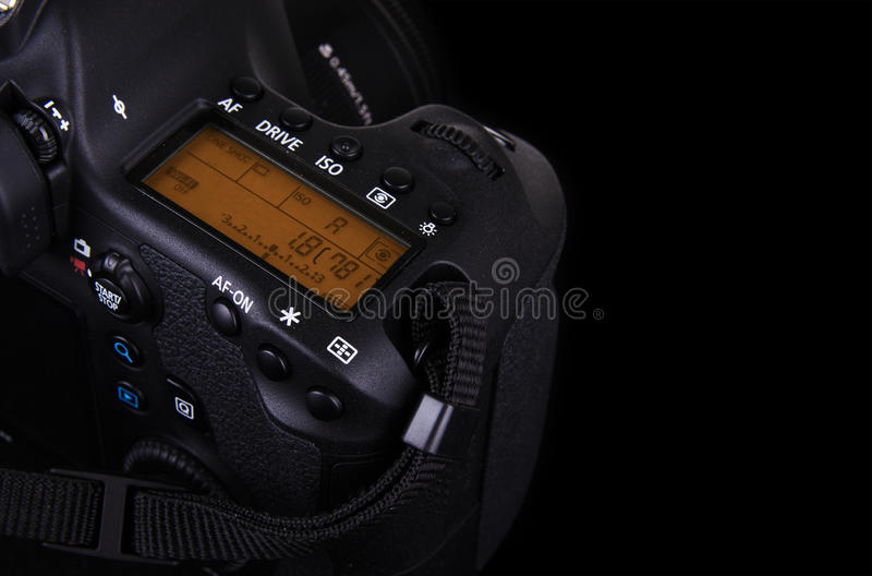 Imagen oscura de la cámara moderna profesional de DSLR fotografía de archivo libre de regalías