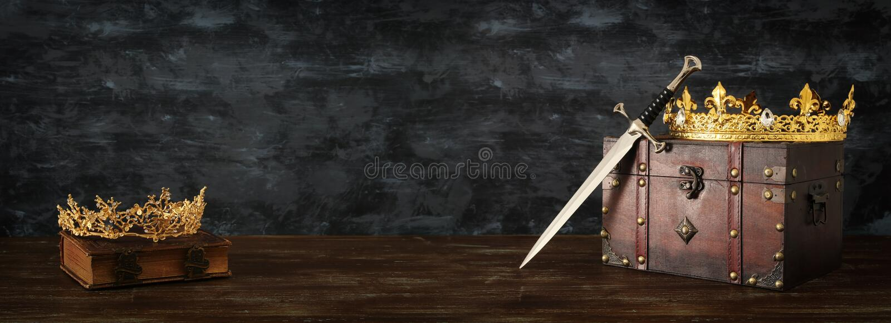 imagen oscura de la reina/de la corona y de la espada hermosas del rey período medieval de la fantasía imagenes de archivo