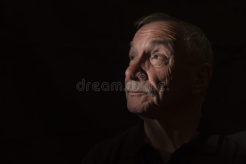 Imagen oscura del retrato del hombre mayor, con el espacio de la copia foto de archivo libre de regalías