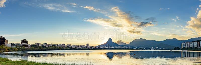 Imagen panorámica de la primera puesta del sol del verano del año 2018 visto de la laguna Rodrigo de Freitas fotos de archivo libres de regalías