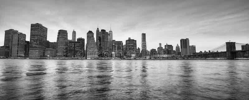 Imagen panorámica del horizonte de New York City en la oscuridad imagen de archivo