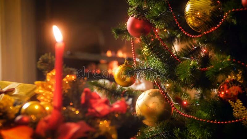 Imagen perfecta para las vacaciones de invierno y celebraciones con el árbol de navidad contra la chimenea y velas fotografía de archivo libre de regalías