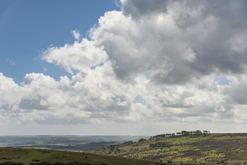 Imagen preciosa del paisaje de la primavera de la visión desde Haytor en el parque nacional de Dartmoor en Devon England en día d imagenes de archivo