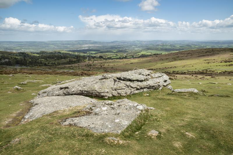 Imagen preciosa del paisaje de la primavera de la visi?n desde Haytor en el parque nacional de Dartmoor en Devon England en d?a d imagenes de archivo