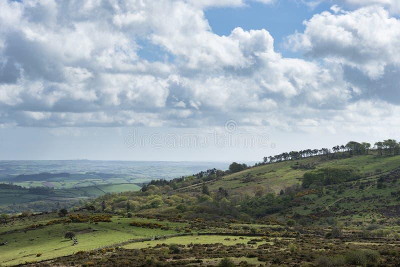 Imagen preciosa del paisaje de la primavera de la visi?n desde Haytor en el parque nacional de Dartmoor en Devon England en d?a d imagen de archivo