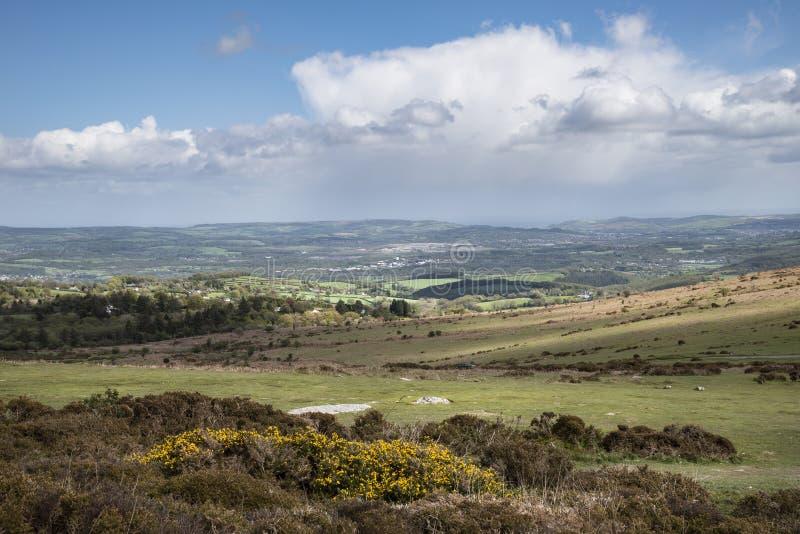 Imagen preciosa del paisaje de la primavera de la visi?n desde Haytor en el parque nacional de Dartmoor en Devon England en d?a d foto de archivo libre de regalías
