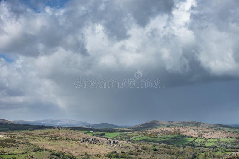 Imagen preciosa del paisaje de la primavera de la visi?n desde Haytor en el parque nacional de Dartmoor en Devon England en d?a d imagen de archivo libre de regalías
