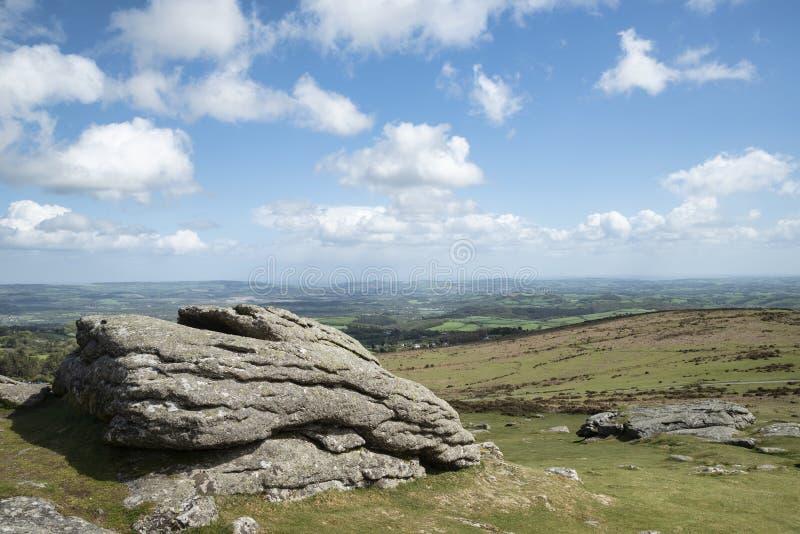 Imagen preciosa del paisaje de la primavera de la visi?n desde Haytor en el parque nacional de Dartmoor en Devon England en d?a d imágenes de archivo libres de regalías