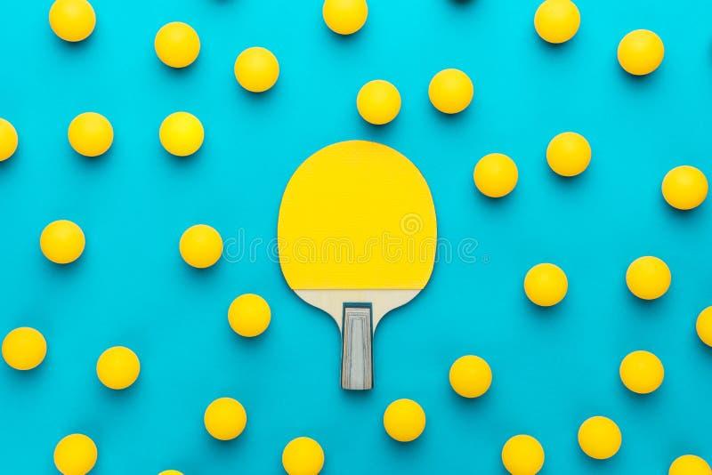 Imagen puesta plana de la paleta de los tenis de mesa y de la composición central de muchas bolas fotografía de archivo libre de regalías