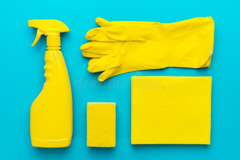 Imagen puesta plana de los productos de limpieza amarillos en orden foto de archivo