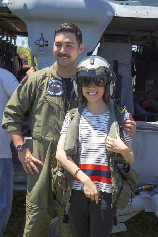 Imagen que toma experimental del helicóptero de MH-60S con la demostración espectadora de las contramedidas durante la semana 201 imagen de archivo libre de regalías