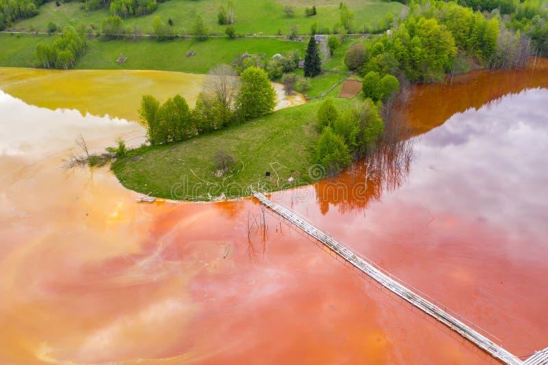 Imagen a?rea de las residuales contaminadas rojas del agua de mina imagenes de archivo