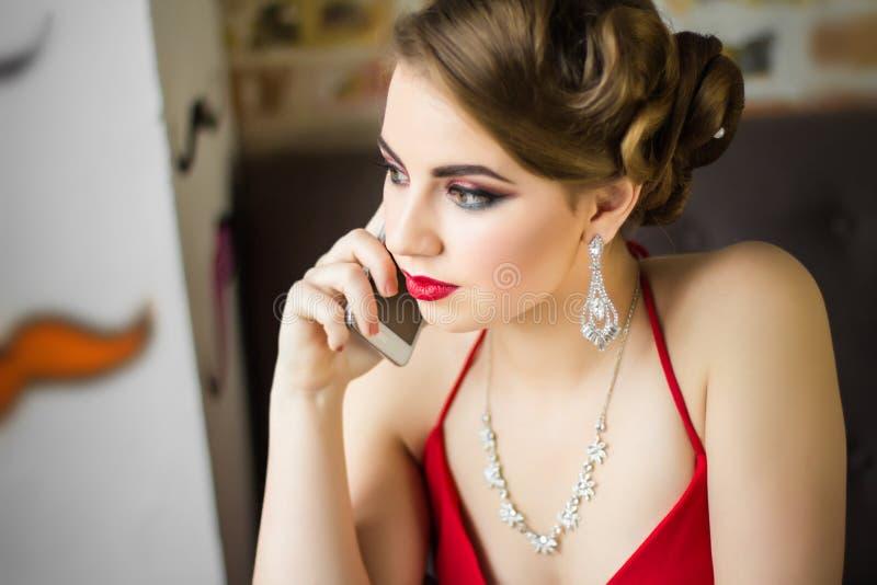 Imagen retra Muchacha con maquillaje hermoso del ojo y labios rojos fotografía de archivo libre de regalías