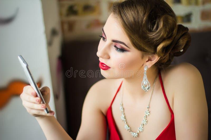 Imagen retra Muchacha con maquillaje hermoso del ojo y labios rojos imagen de archivo