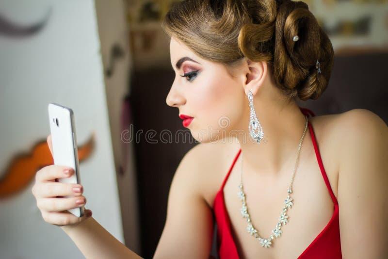 Imagen retra Muchacha con maquillaje hermoso del ojo y labios rojos imagenes de archivo