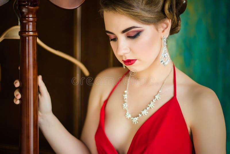 Imagen retra Muchacha con maquillaje hermoso del ojo y labios rojos fotografía de archivo