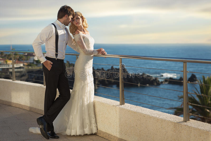 Imagen romántica de los pares de la boda imágenes de archivo libres de regalías