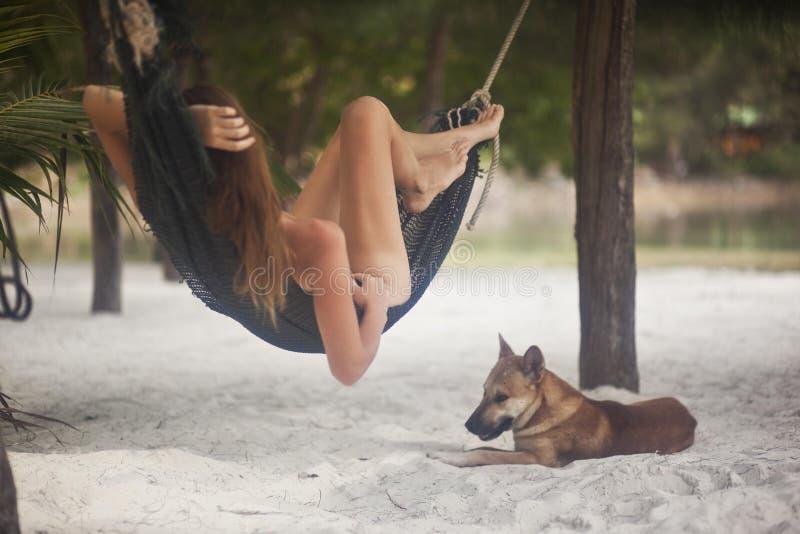 Imagen romántica de una muchacha en la isla imagenes de archivo