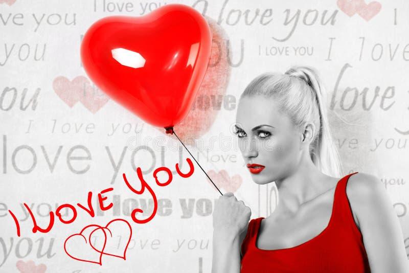 Imagen rubia atractiva de BW de la tarjeta del día de San Valentín de la muchacha imagen de archivo libre de regalías