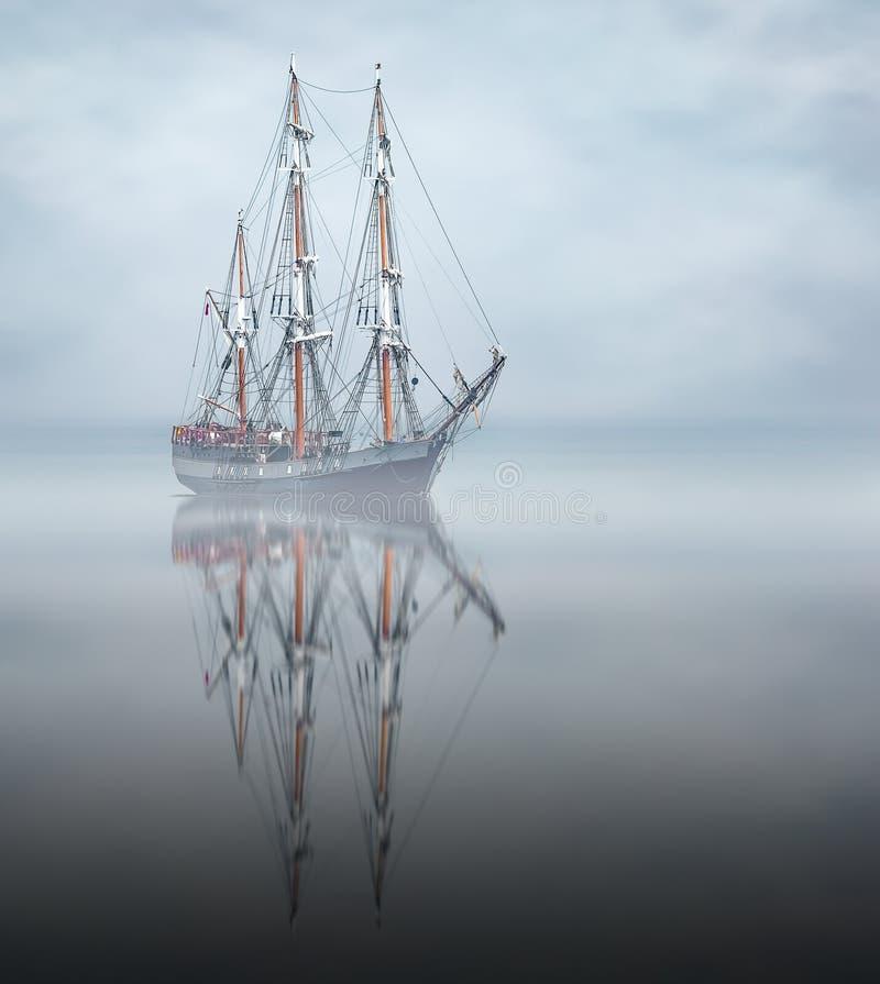 Imagen simétrica del buque de altura anclado en la bahía de St Austell, Cornwall imagen de archivo libre de regalías