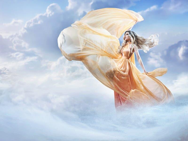 Imagen soñadora de una señora joven hermosa en las nubes foto de archivo libre de regalías