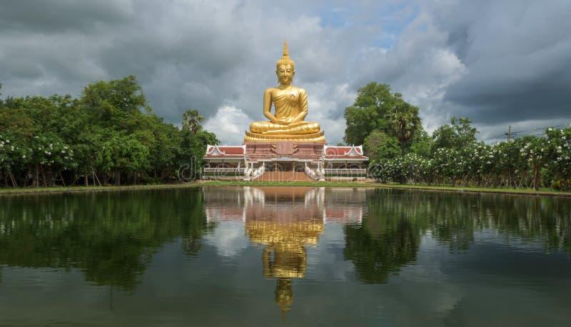Imagen tailandesa de Buda y del agua de la reflexión fotos de archivo libres de regalías
