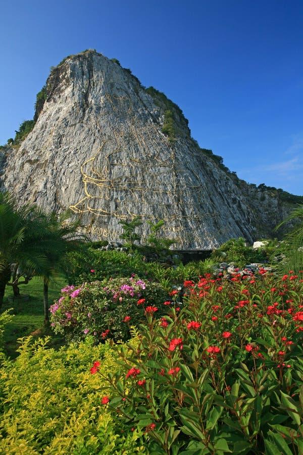 Imagen tallada de Buda en el acantilado en Khao Chee Jan, Pattaya imágenes de archivo libres de regalías