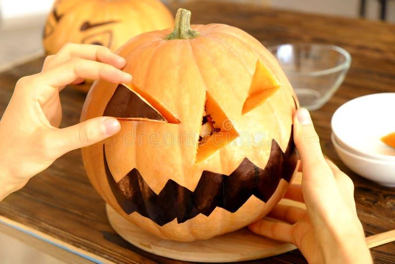 Imagen temática de Halloween con las calabazas talladas en el ambiente del partido de casa fotografía de archivo libre de regalías