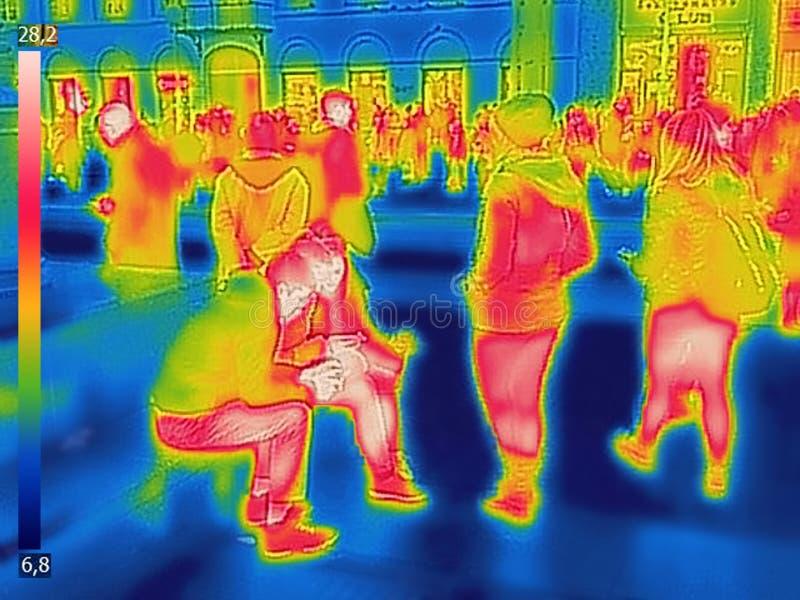 Imagen termal infrarroja de la gente en el ferrocarril de la ciudad en un día de invierno frío foto de archivo libre de regalías